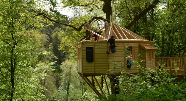 treehouse-hotel-building-in-old-oak-by-baumbaron