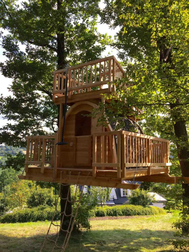 beautiful-treehouse-hanging-on-steel-cables-768x1024