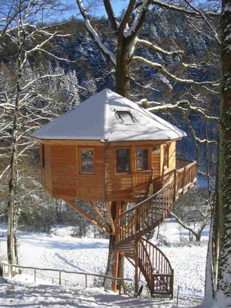 beautiful-winter-treehouse-768x1024