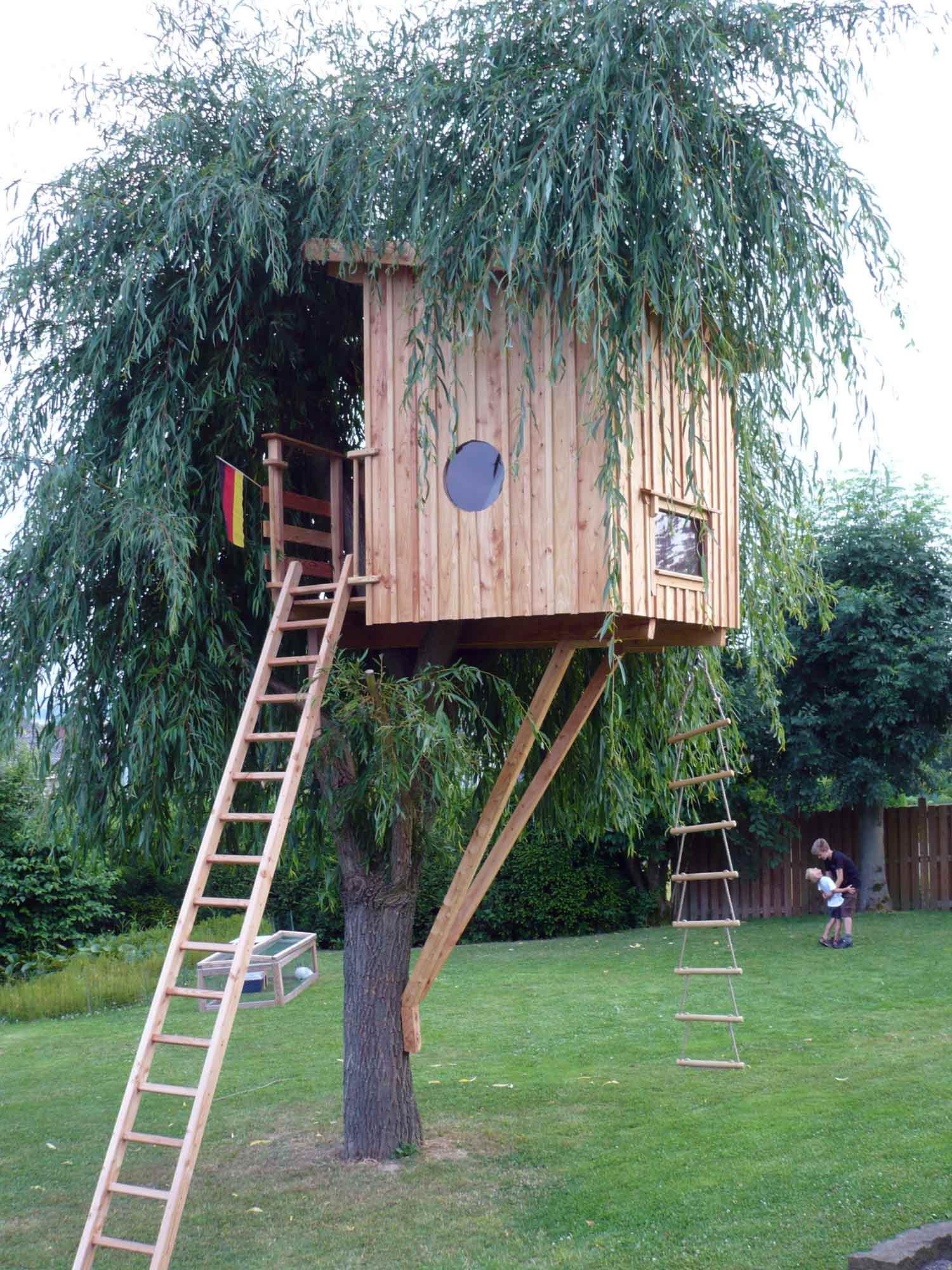 kleines-baumhaus-für-kinder-zum-spielen