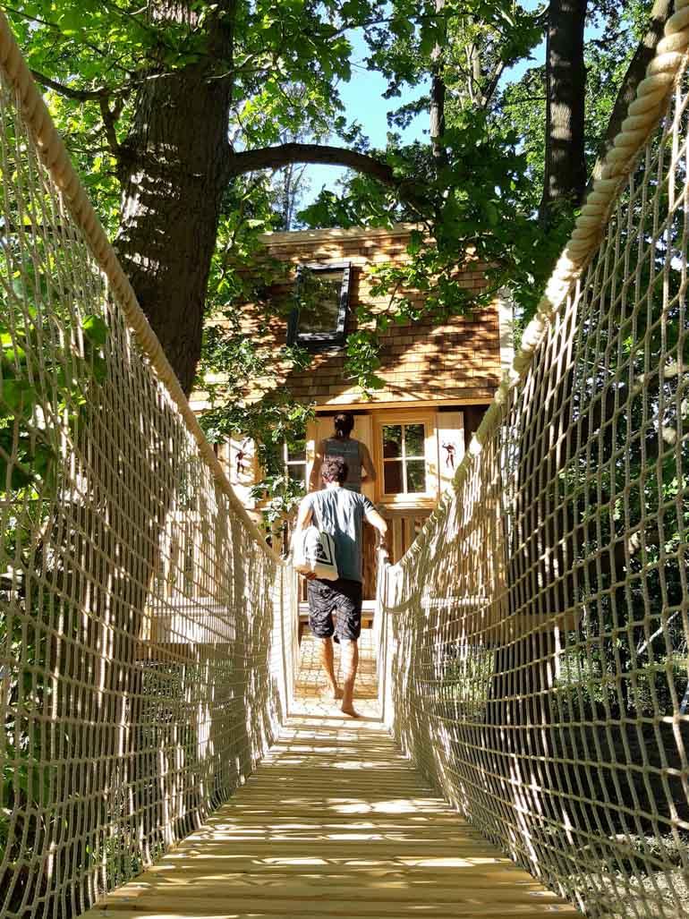 Beispiel lange Hängebrücke zu Baumhaus