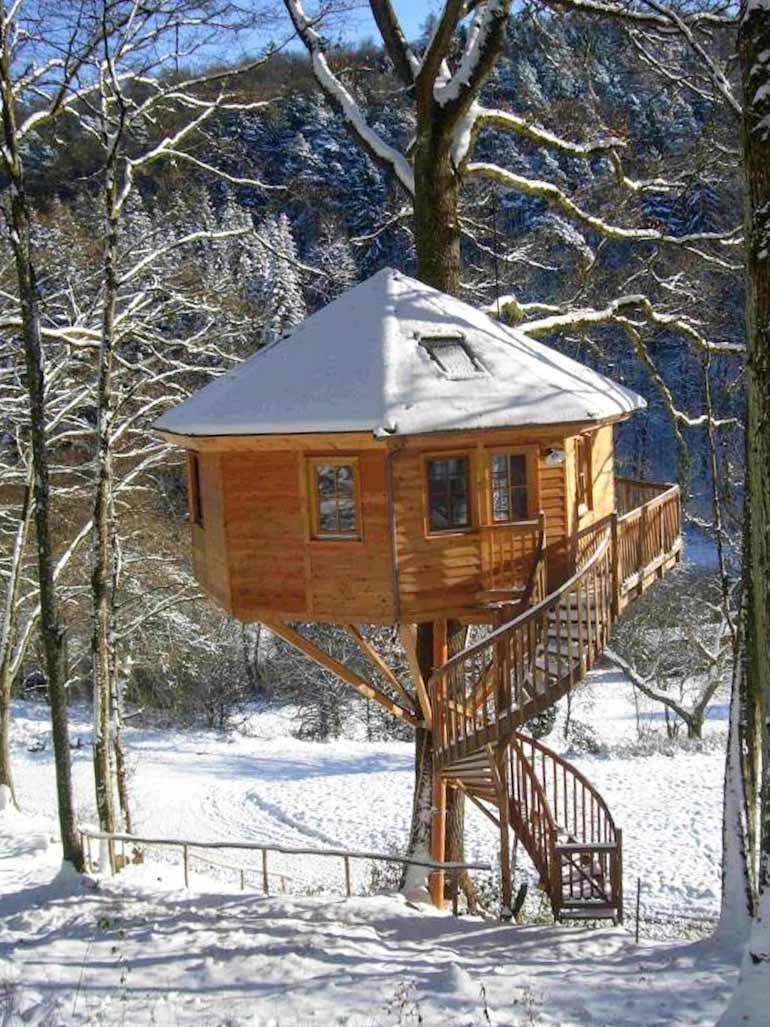 beispiel-baumhaus-zum-wohnen-winter-gedämmt-mit-zulassung