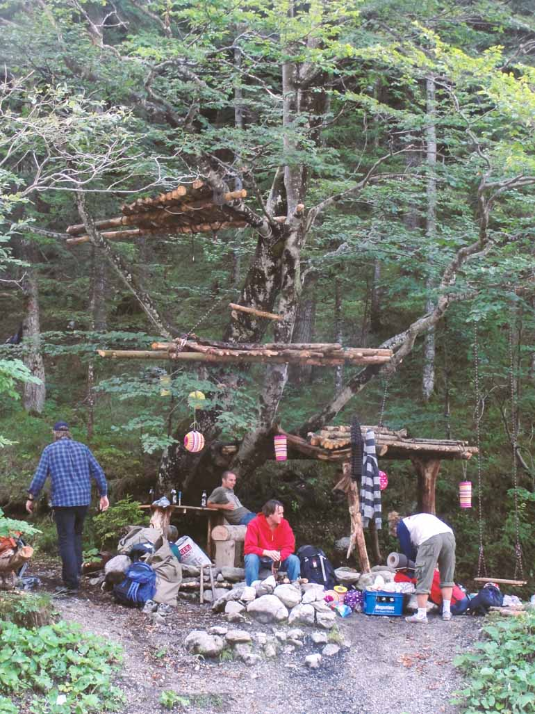 example-tree-house-in-the-forest-illegal-egal