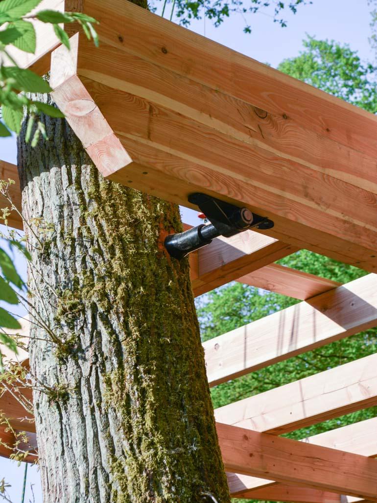 Beispiel German Treehouse Screw GTS trägt schweren Holzbalken