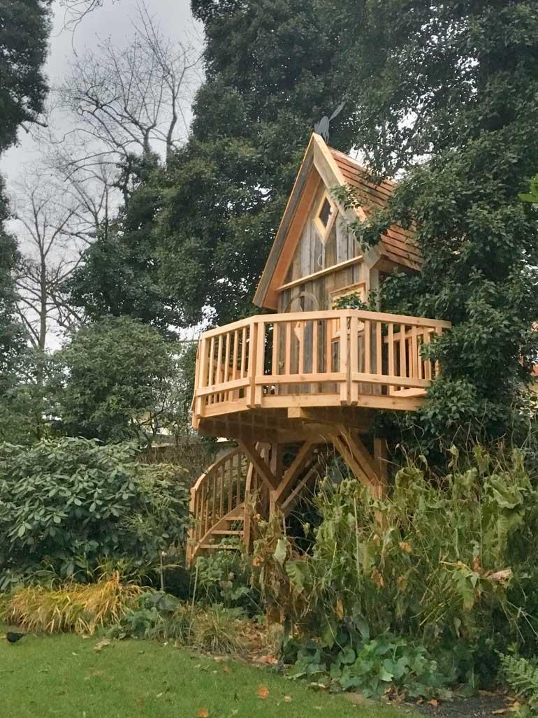 Beispiel Baumhaus in Garten auf Stelzen