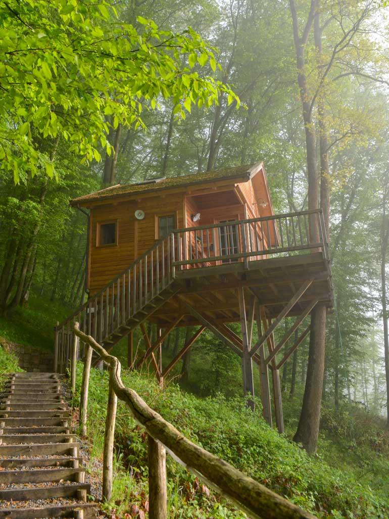 Baumhaus in Wald auf Holzstehern Stelzenhaus
