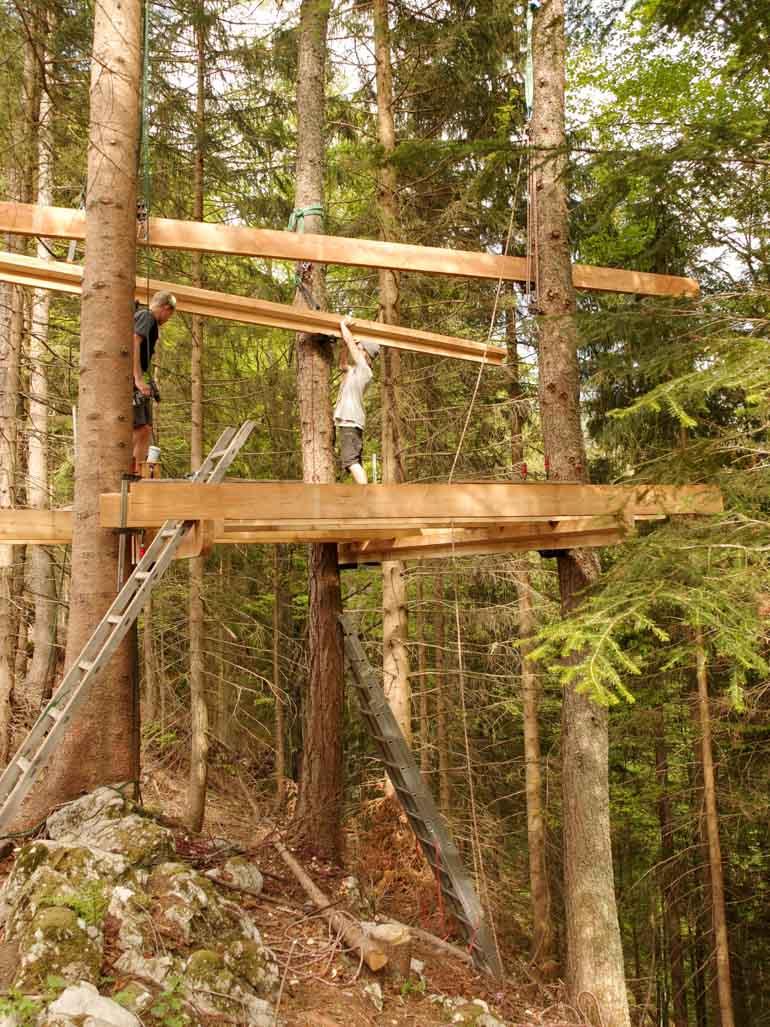 Große Baumhaus Plattform mit Schrauben im Baum befestigt