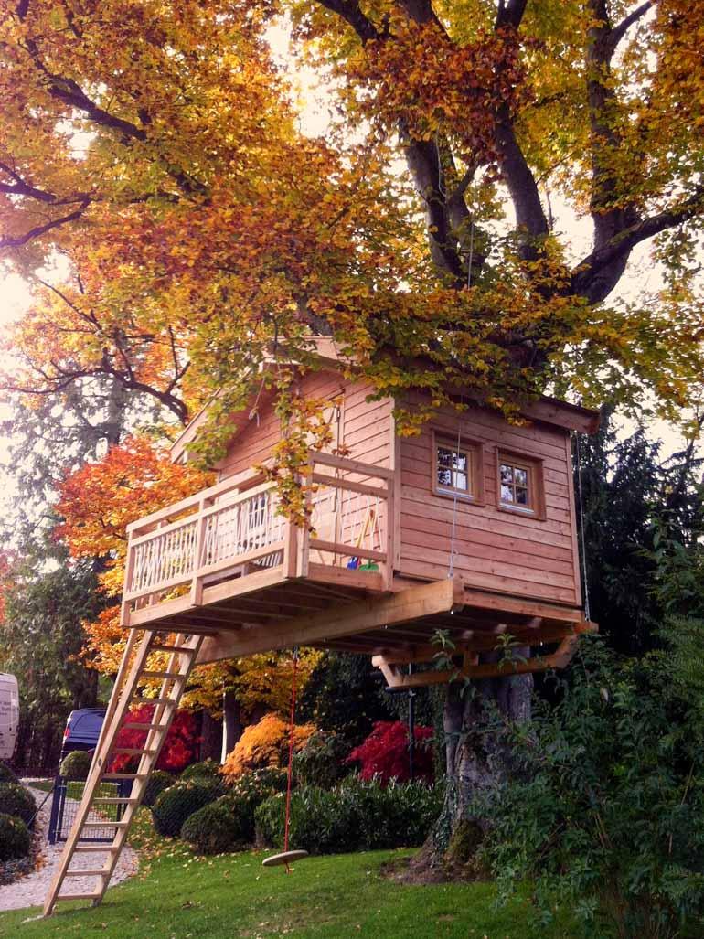 Baumhaus mit Seil und Baumschraube befestigt