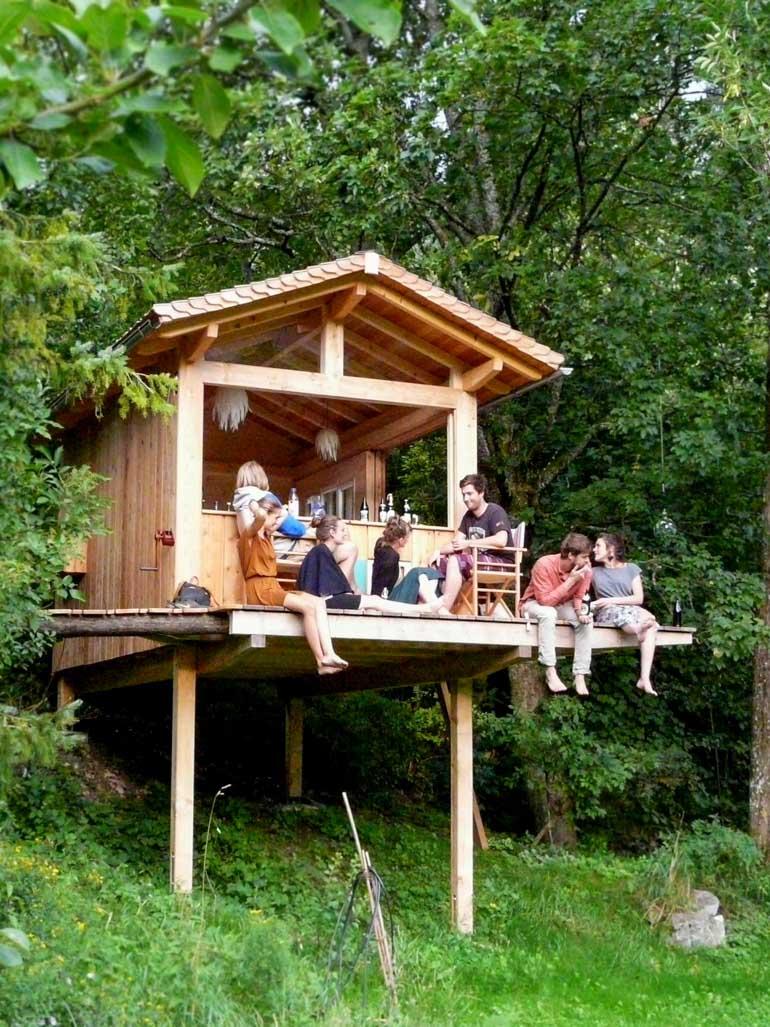 Baumhaus im Garten bauen auf Holz Stelzen